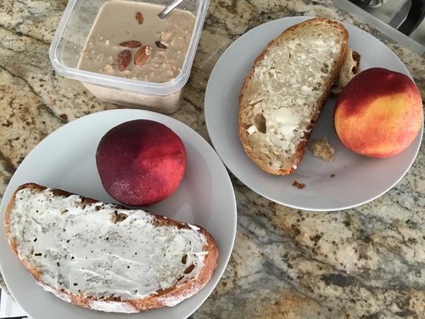 早餐日記 ••• 拿鐵燕麥粥佐歐包切片與桃子自己做的歐包終於要上餐桌了,一片塗奶油一片塗酸奶加義大利