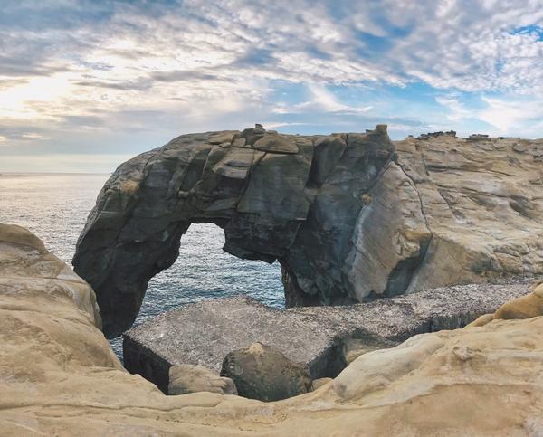 新北瑞芳︱探訪台灣36祕境之一的深澳岬角象鼻岩北海岸除了能放空看海,因為長時間的侵蝕與搬運作用,常能