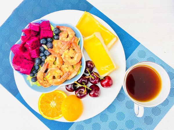 手作早午餐/朝食2020/08/15 香煎鮮蝦水果沙拉🥗起司🧀️生吐司2020/08/15早午餐