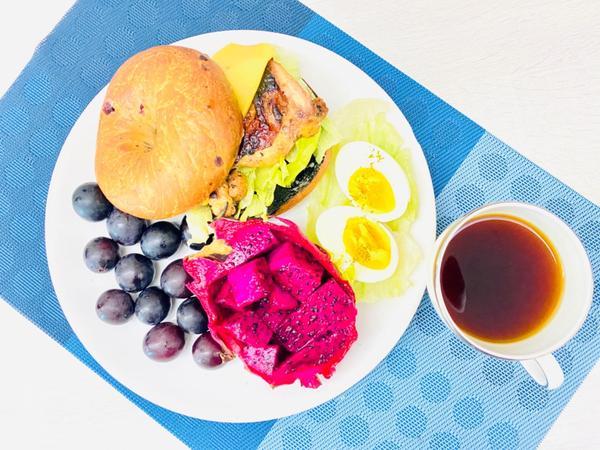 手作早午餐/朝食2020/08/24 煎香料雞腿排水煮蛋生菜🥬起司貝果2020/08/24早午餐/