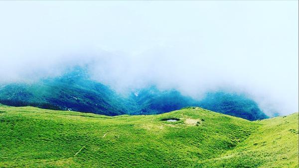人生最高巔峰登上山頂時映入眼簾的一切真的會讓人嘴角上揚☺️ 途中看到了這個有如嘉明湖的小湖💙 謝謝
