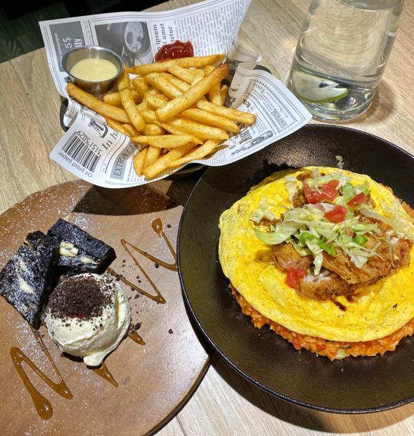 美式餐廳The Chips|超好吃的燉飯、蛋糕甜點!適合朋友聚會的好地方哈嘍!大家好~我是貪吃鬼蜜蜂