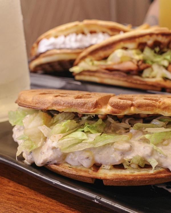 新店美食。小木屋鬆餅⇢鮪魚沙拉蔬菜鬆餅💸𝟼𝟶⇢炭烤雞腿蔬菜鬆餅💸𝟽𝟶⇢巧克力鮮奶油💸�