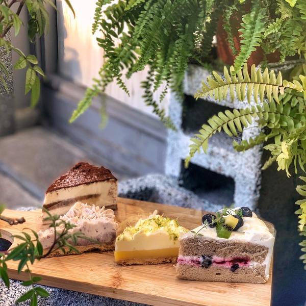 📍 宅食[新北/板橋]位於板橋站巷弄內的手作蛋糕,小小一間的田園風格,每天提供不固定的蛋糕,都可以