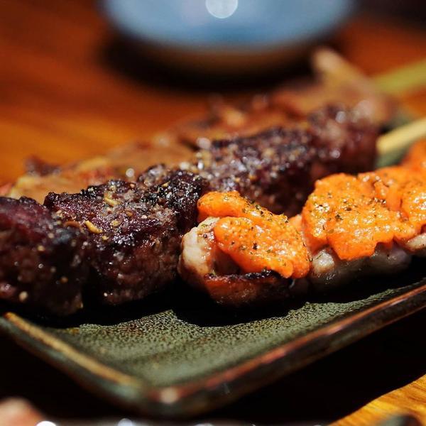 明太子雞肉串/岩鹽無骨牛小排串 /醬燒雞心 這三道烤串都烤的滑嫩不乾柴,味道最重的大概就是雞肉串了,