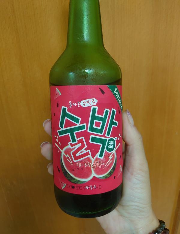 韓國「西瓜燒酒」夏天就是要吃西瓜🍉 倒出來顏色是淡淡的粉紅,味道聞起來像西瓜冰棒,比純燒酒好入口