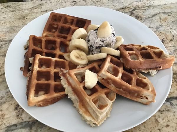 早餐日記 ••• 又是香蕉鬆餅室友阿霖最近愛上香蕉鬆餅,每個週末都要吃!說是週末吃香蕉鬆餅有生活的儀