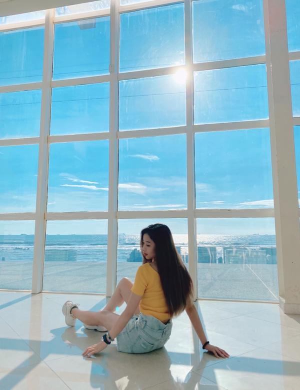 📌台南📌打卡美美的大落地窗!是很多網美的拍照景點 旁邊就是沙灘,在裡面待到無聊的話可以出去走走~