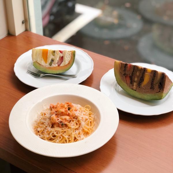 不用出國就能吃到日本甜點🇯🇵超夯的哈密瓜蛋糕就是這裡的招牌! 闆娘是很有想法的日本人 店裡的設計