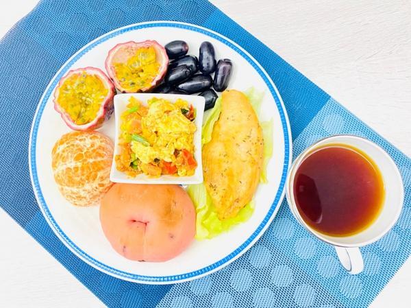 手作早午餐/朝食2020/09/27 醬烤雞胸生菜生菜貝果+番茄🍅炒嫩蛋。2020/09/27早午