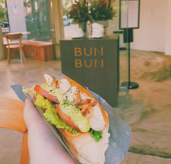 台中美食 美味及質感兼具的美式淺艇堡bunbun Bun bun 二店坐落在文心森林公園旁邊  玻璃
