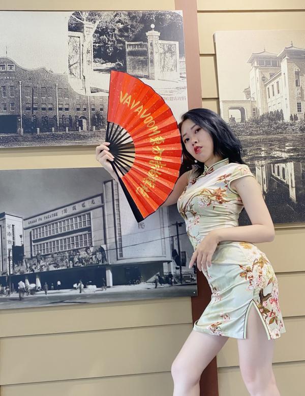 高雄火車站展覽-旗袍大使高雄火車站B1運旅大廳目前正展出 「畫說台鐵與台灣建築遺產展」, 多件作品真