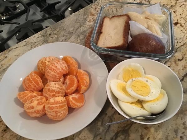 早餐日記 ••• 手工麵包拼盤/水煮蛋/橘子麵包拼盤其實就是最近做的麵包都剩一個,全部放在一起蒸😆