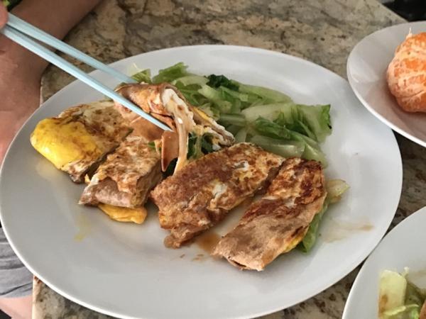 早餐日記 ••• 起司蘿蔓蛋蛋蛋餅早餐名字不是在裝可愛,這個蛋餅我加了三顆蛋😆😆😆我們吃蛋都沒