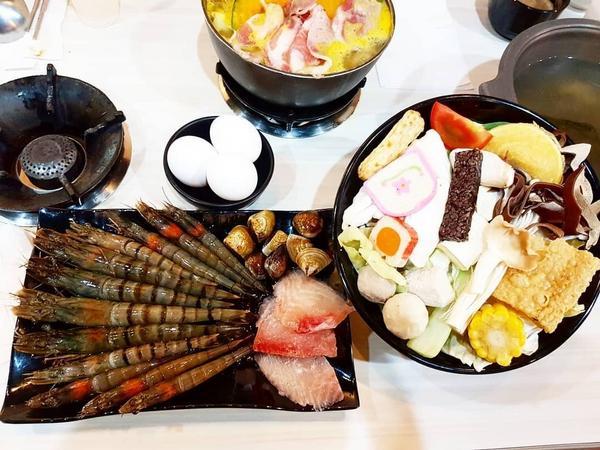 (小布美食日記)中原小火鍋推薦-馬克斯火鍋食堂最近天涼了又快到了吃火鍋的季節滿滿的爆蝦鍋海鮮很新鮮加