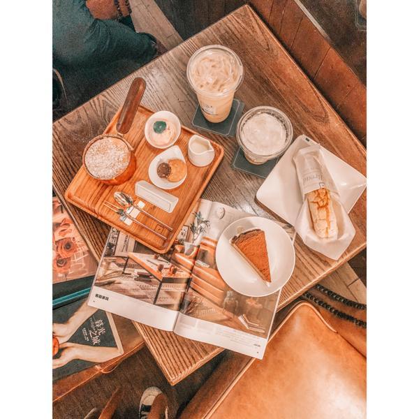 高雄【卡啡那】高雄一間很飄釀的咖啡廳 店內空間蠻大的  而且販售的蛋糕種類超級多種 讓你很難抉擇要吃