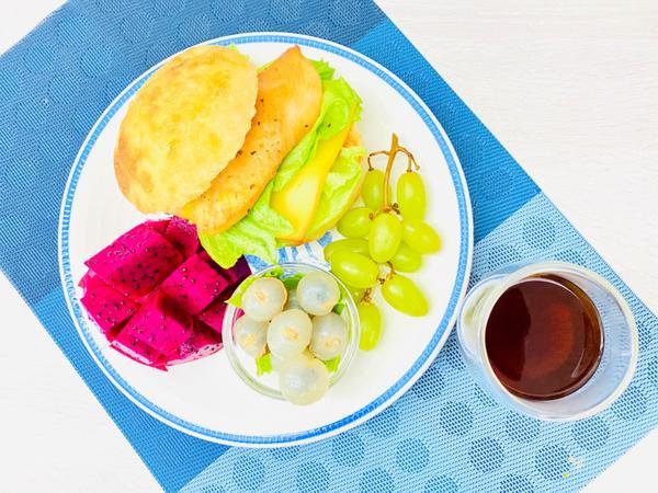 手作早午餐/朝食2020/09/01 烤香料雞胸肉起司🧀️生菜🥬鹽麵包2020/09/01早午餐