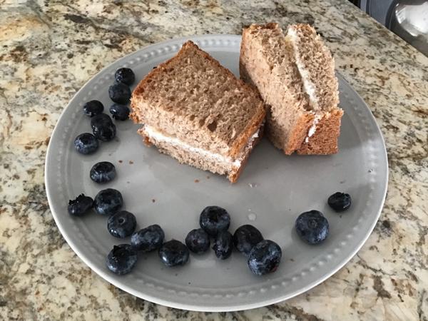 早餐日記 ••• 蘋果乳酪全麥土司三明治昨天挑戰自己做全麥土司,硬是做成超高比例70%全麥粉,結果果