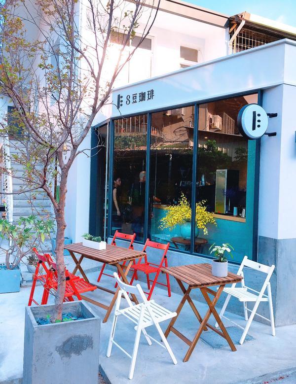 ◤ 台中 ◢ 像極了來到了韓國 ◎ 8豆珈琲灰白色搭配的外觀戶外