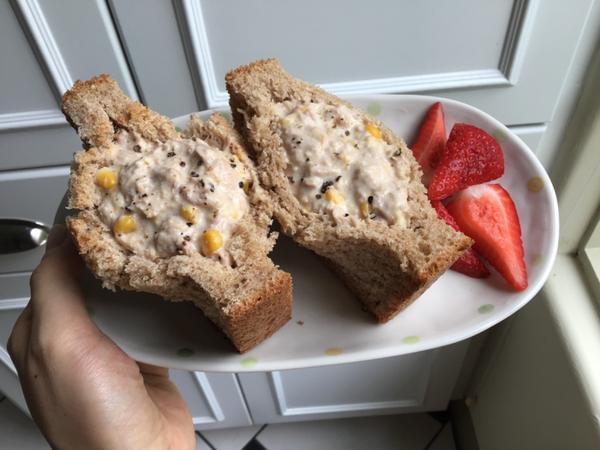 早餐日記 ••• 鮪魚玉米口袋三明治吃起來像中年大叔的全麥土司配上軟軟的鮪魚玉米餡料,喚起大叔的少女