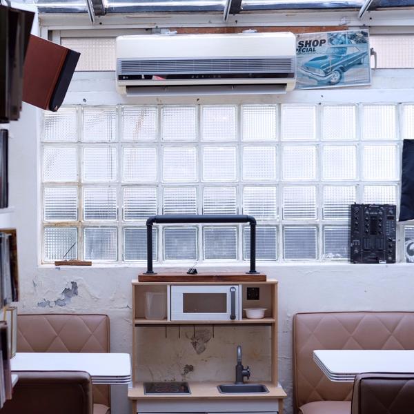 能待上半天的咖啡廳-『台北/THT唱片行』小閣樓的牆壁跟櫃子上擺滿黑膠唱片那天的天氣時好時壞陽光隨天