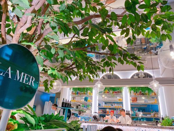 小小樹(敦南店)-蔬食料理像在森林裡的小小樹食 挑高的室內空間 讓人不覺得壓迫與擁擠 多了些綠色植物