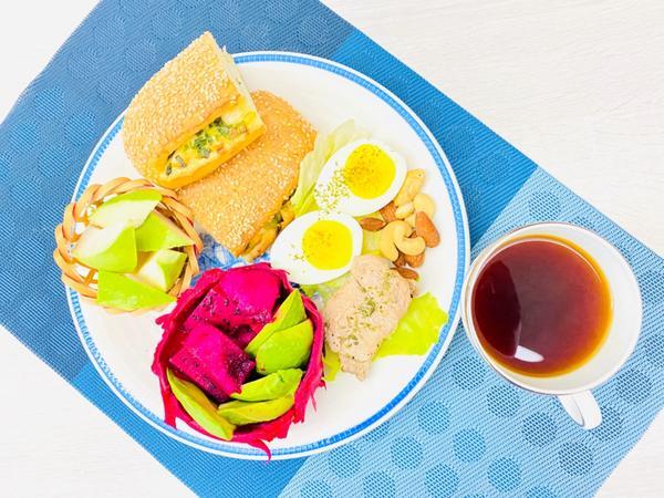 手作早午餐/朝食2020/9/16 烤豬里肌肉水煮蛋生菜🥬配蔥燒餅2020/09/16早午餐/朝食