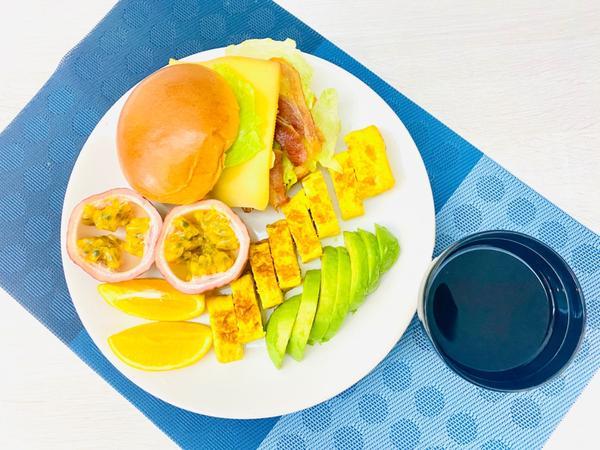 手作早午餐/朝食2020/09/04 培根🥓起司🧀️水煮蛋生菜漢堡2020/09/04早午餐/朝