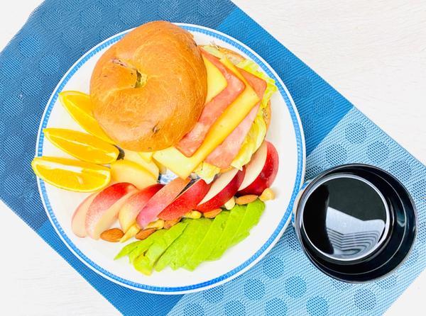 手作早午餐/朝食2020/09/07 雙火腿起司🧀️生菜花生🥜醬貝果🥯2020/09/07早午