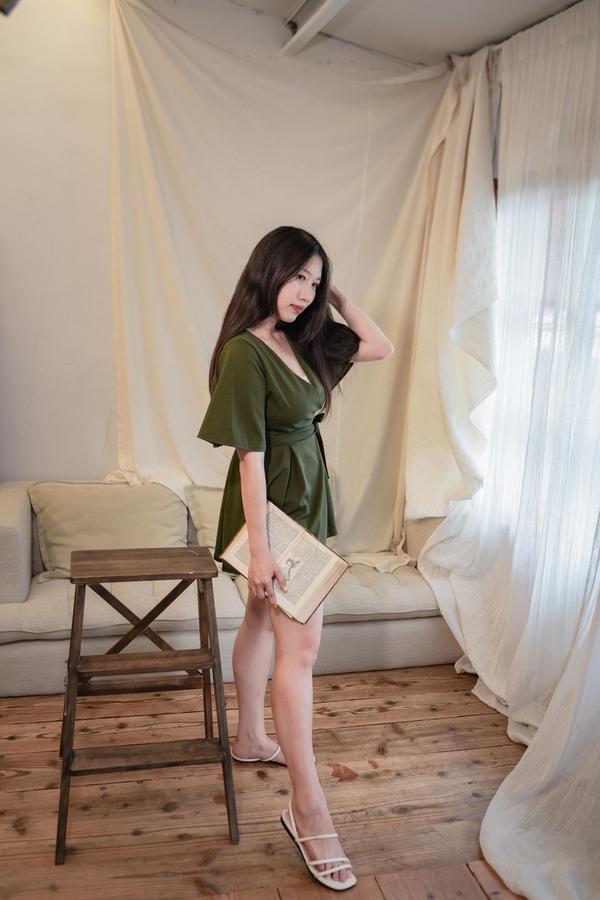 氣質墨綠✨喜歡的衣服分享♡(◍•ᴗ•◍)♡關於手的循序漸進 摸頭 放肩膀 拉髮尾 ( ・᷄ὢ・᷅