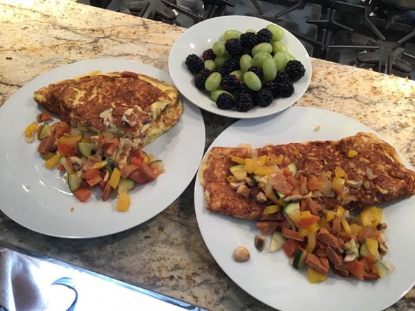 早餐日記 ••• 阿霖的招牌歐姆蛋捲週末是阿霖大展廚藝的時刻,我努力剪片,剪完就有早餐吃了😍今天的