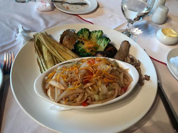 """開箱文-紅屋牛排館-蔬食套餐""""紅屋牛排館""""為台北老字號的牛排餐廳,今天同事約來這裡聚餐,事先打來這詢"""
