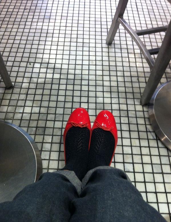 每個巴黎女孩都有的芭蕾舞鞋巴黎街頭隨處可見的優雅穿搭中,少不了一雙好穿又典雅的芭蕾舞鞋來搭配.俐落的