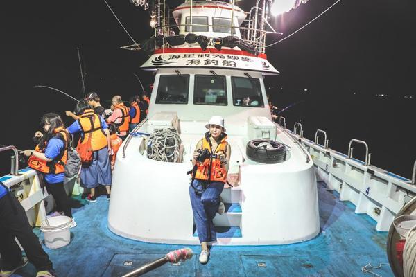 【出海釣魚去】新北●深澳漁港第一次出海捕魚,不對是釣魚在新北有許多夜間海上活動釣亮晶晶的白帶魚就是活