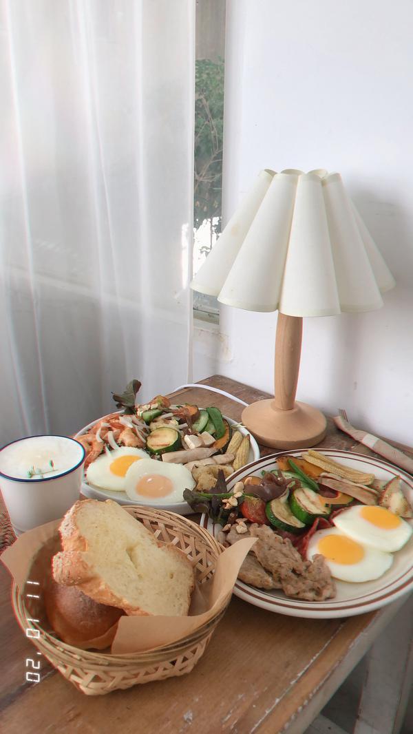 好吃又好拍的新竹咖啡廳🐽▫️草莓抹茶戚風 ▫️微笑卷毛戚風 ▫️麵包籃早餐➰兩隻豬 ▫️麵包籃早餐