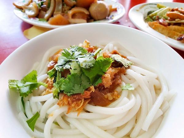 屏東內埔有名的榕樹下大鍋菜屏東內埔有名的在地小吃很多🌳坐在榕樹下吃粄條,也別有一番風味🥢提供免費