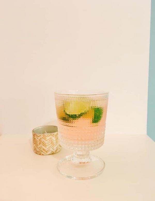 假日午後的自家慵懶酒吧 粉紅Gin Tonic上場天氣一直沒有太好,來款簡單的粉紅GinTonic調