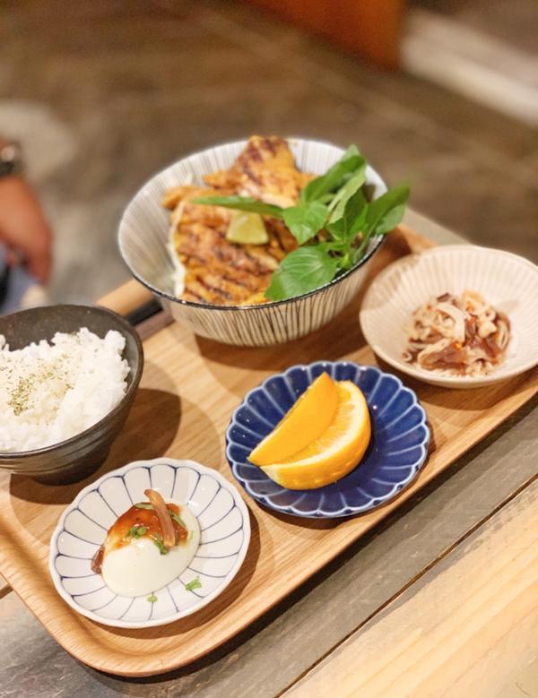 台北|東區|DEE好得生活每次經過都會看到很多人在用餐,這次看到裡面有位置就進來嚐鮮看看了裝潢風格很