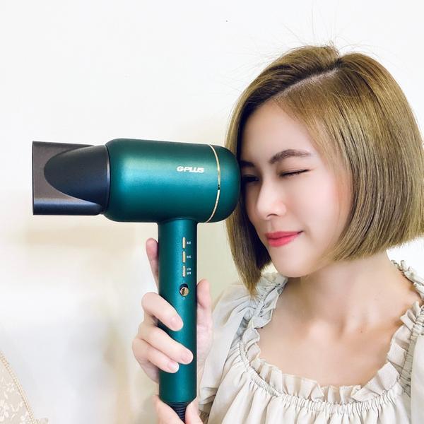 詢問爆高【冷凝水離子吹風機】送給自己的聖誕禮物🎁換了新髮型就像換了一個人換了新的吹風機就像帶了一位