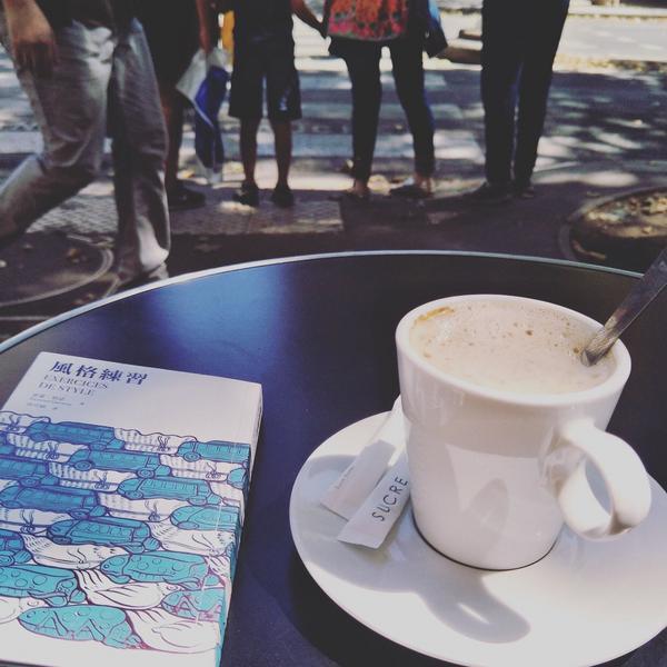巴黎行散   你此刻坐在花神咖啡館的對街,街口外,人群嬉鬧笑罵的聲音在你聽來仍舊悅耳動聽。相比花神,