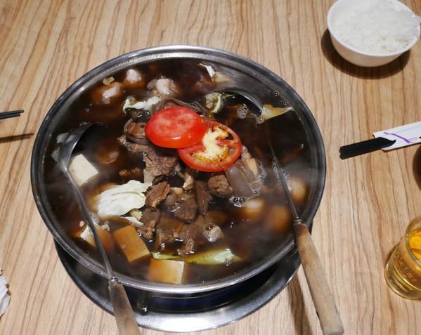 [台北大安區美食]一點都不騷的羊肉爐-A宰羊最近天氣慢慢變涼了,最適合來點舒爽的羊肉爐了這周假日與友