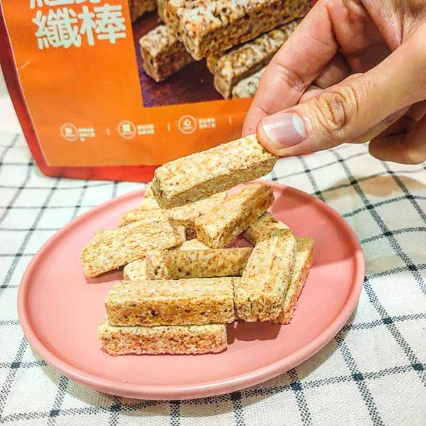 宅配/ Mesusu我酥酥 #代餐紅藜纖棒 使用了具有「穀物紅寶石」之稱的台灣新鮮紅藜麥,吃起非常酥