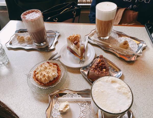 KADOYA喫茶店  很有日本風味的店 小小一間 小小的蛋糕櫃 可以選喜歡的蛋糕 坐在吧台上 或平桌