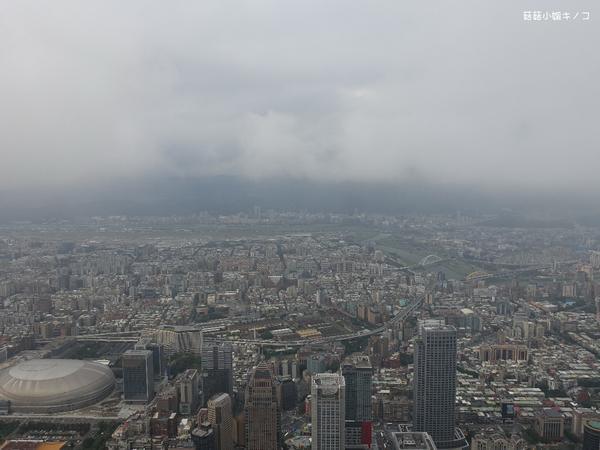 在101樓戶外看台北市~~站在101層樓的高空看著自己生活的城市會是什麼感覺呢?!((答案:風很大)