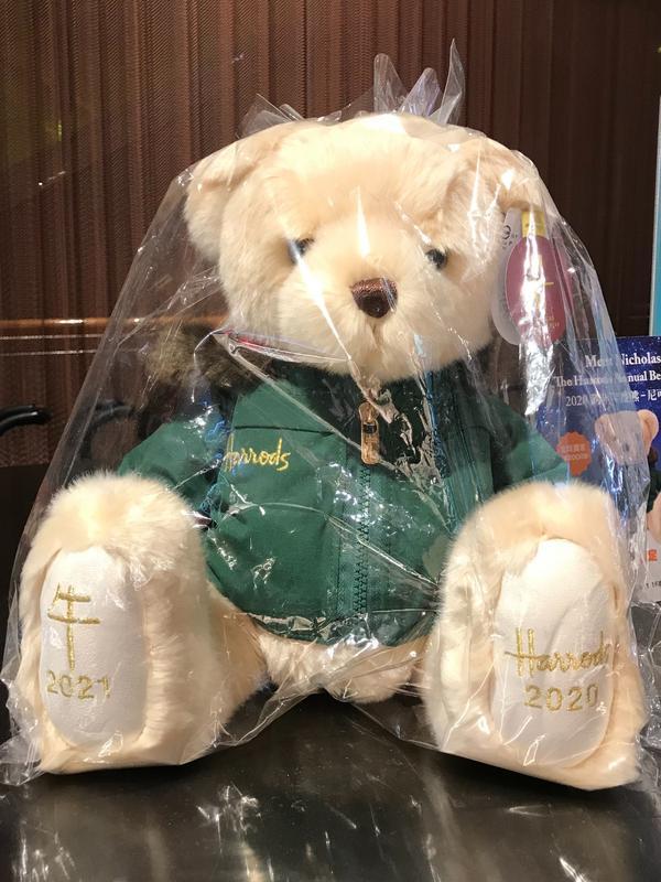 巨大的絨毛娃娃 新光三越百貨販賣的熊仔娃娃 每年有特殊造型 這隻腳上繡著2021年金牛年 可是,我⋯