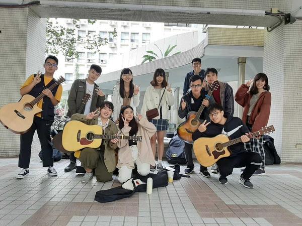 七琴六韻2020七校聯展🎸今年11月參加了由臺科大絃韻吉他社所辦的的活動,地點則是選在演講廳舉辦,