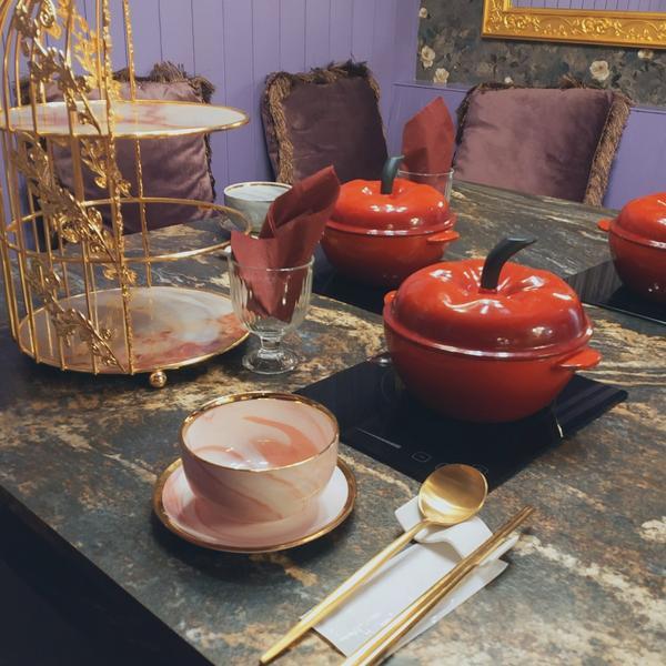 為你的初次約會加分想到火鍋店會有怎樣的聯想呢?桌子併成要拚翻桌率高不講究環境舒適度?或是舒適度有了,