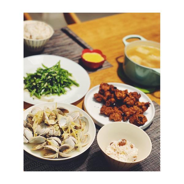 {{呢喃晚餐吃什麼}}酥炸排骨酥、蒜炒空心菜、酒蒸牛奶蛤蜊、鳳梨苦瓜雞湯、栗子飯  鵝子副食品:栗子