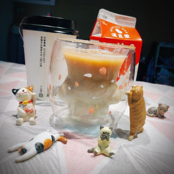 ▎想減脂就要喝原型飲料 ▎美式咖啡+無糖濃豆漿☕️🥛 會蹦出什麼滋味呢?😻  其實只想用貓掌杯和