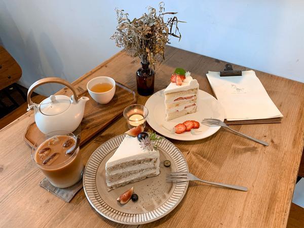  嘉義美食  好文青的咖啡廳 吃下午茶最適合不過了☕️  櫃檯很鄉村的風格🍃 窗邊的位置更是適合放